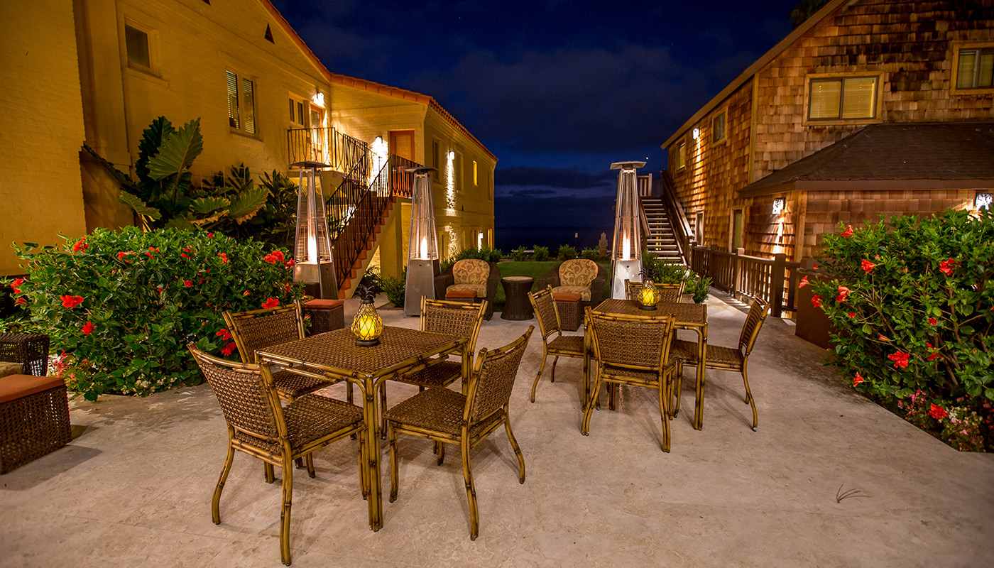 Pantai Inn La Jolla Courtyard Outdoor Seating